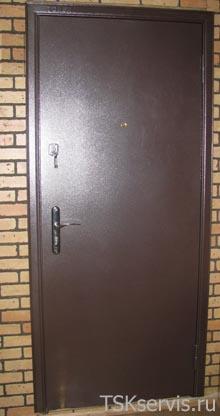 монтаж двустворчатых металлических дверей в коридоре